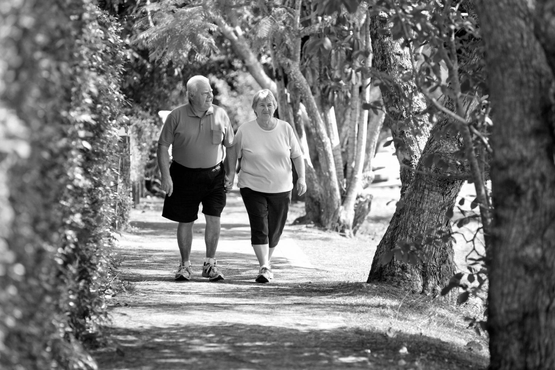 eldre par går tur