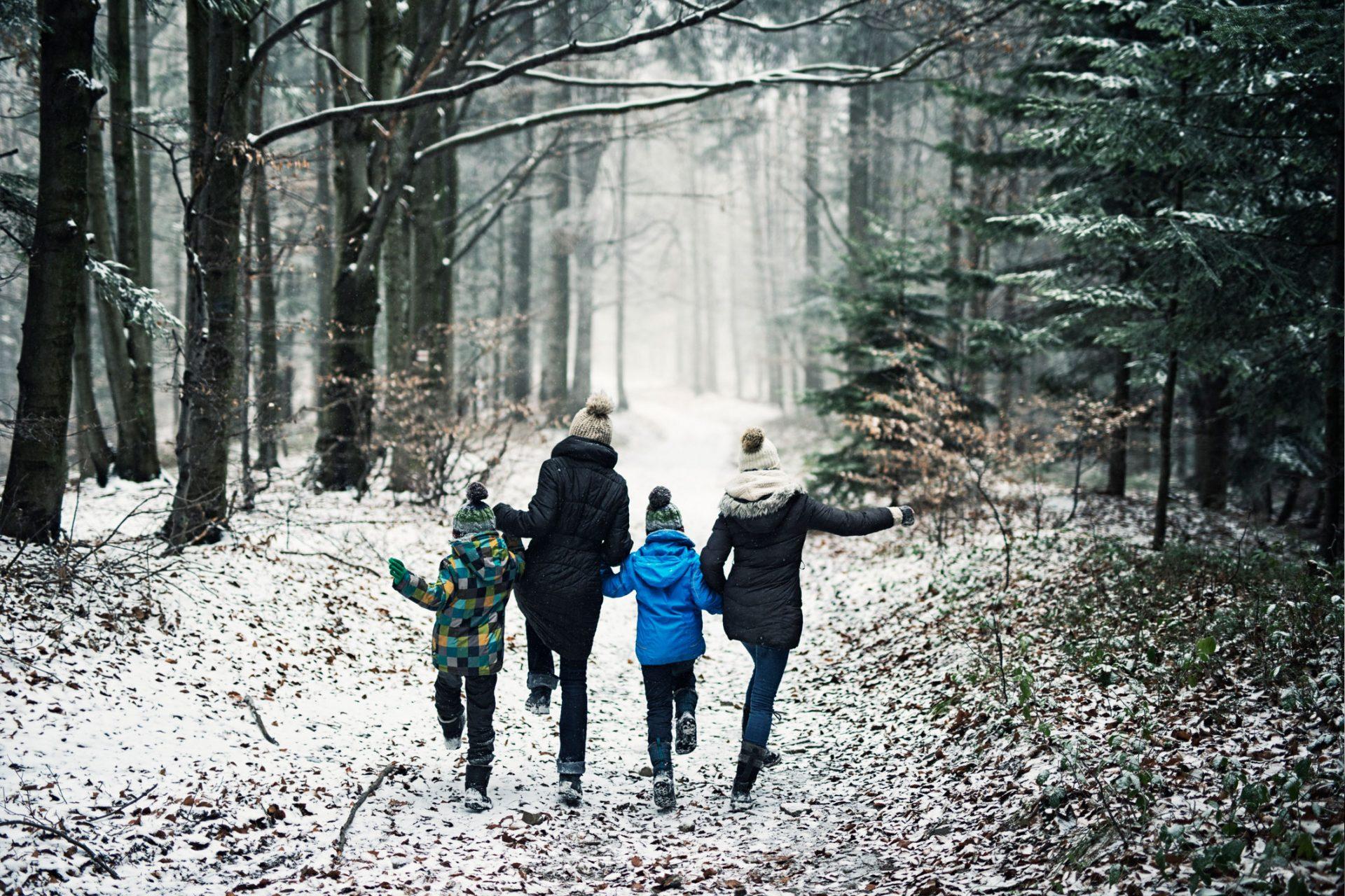 familie går tur ute