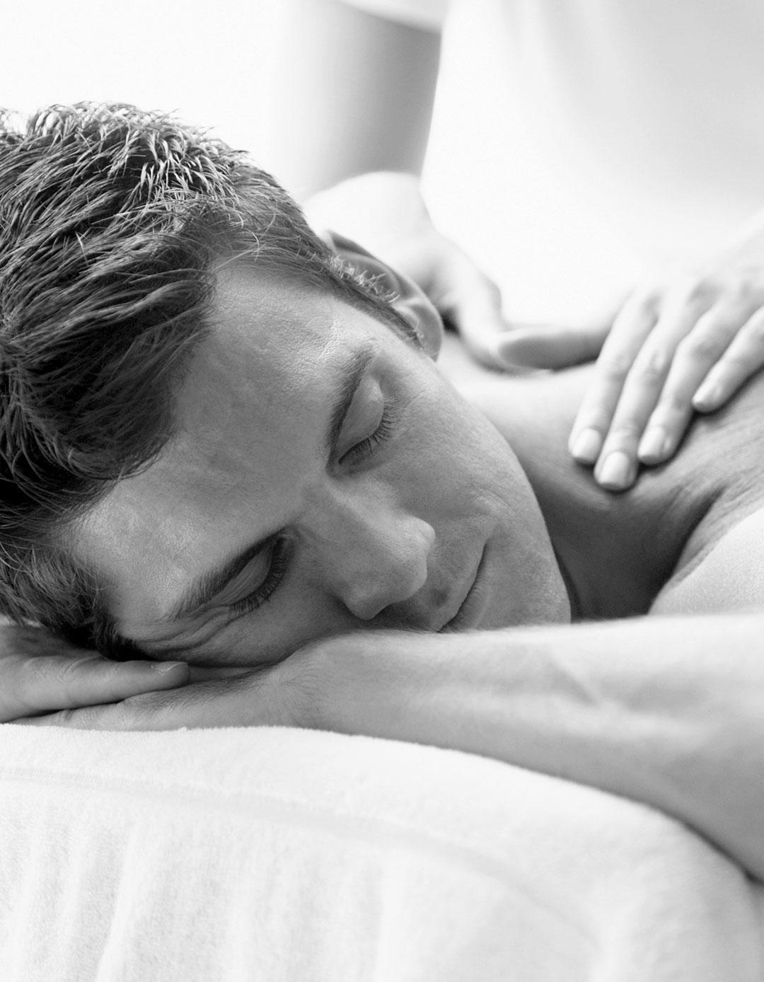 mann får massaje