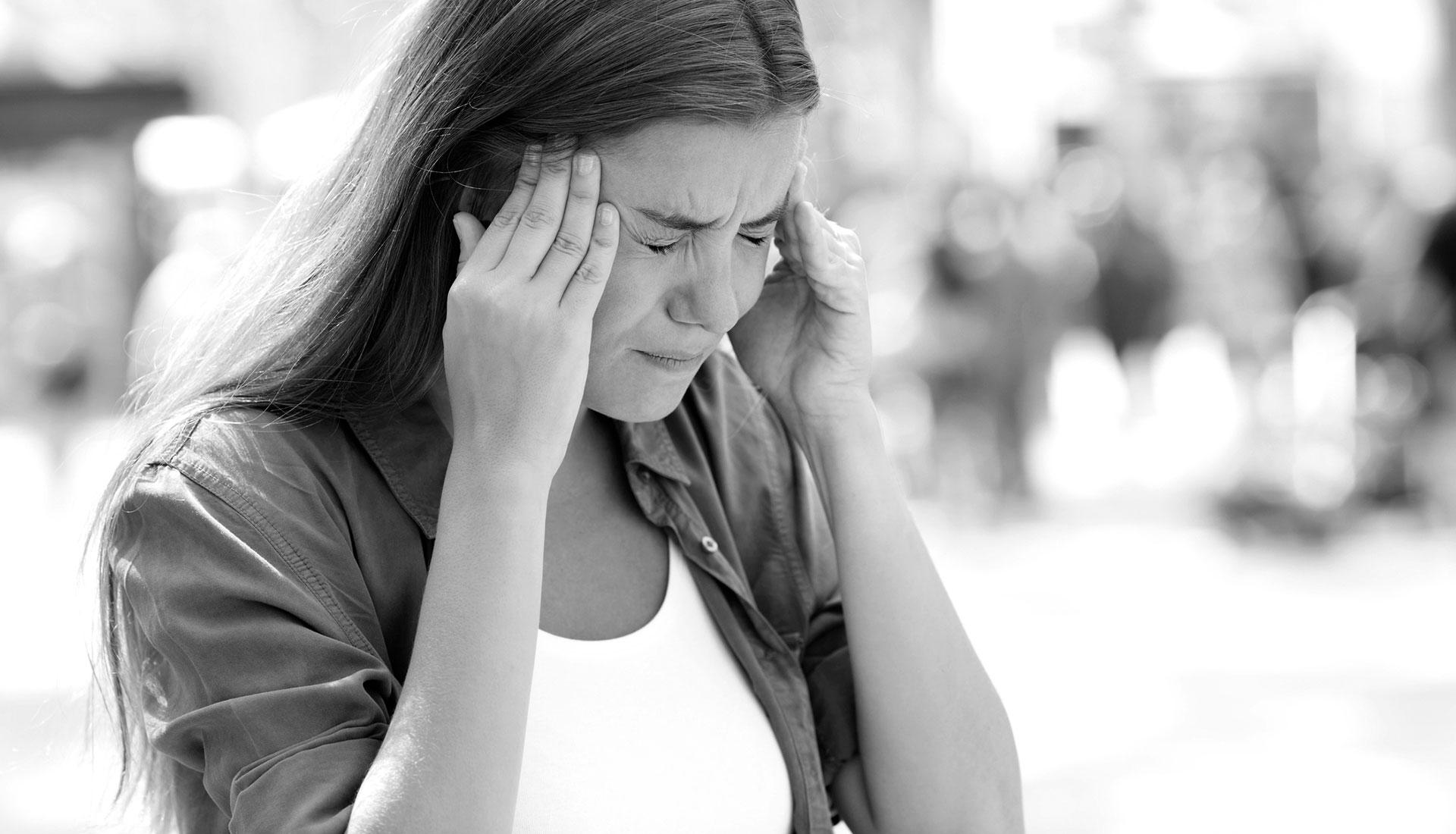 kvinne med migrene